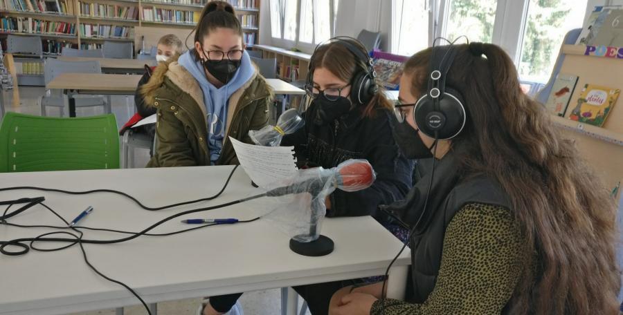 Alumnado do Toural no obradoiro de radio
